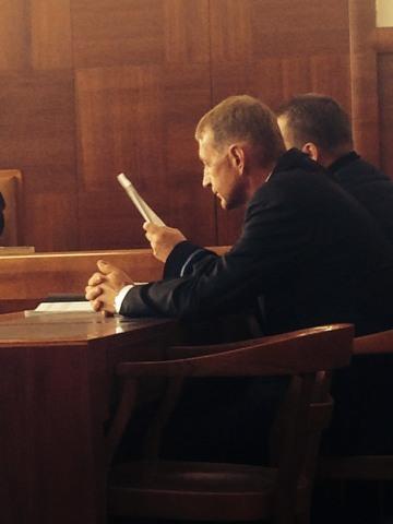 Takhle se Roman Janoušek tvářil, když se dozvěděl výši trestu, kroutil hlavou.