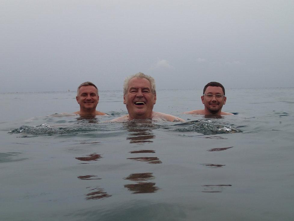 Když chce prezident do vody, musí za ním chtě nechtě i jeho nejbližší spolupracovníci, kancléř Vratislav Mynář a mluvčí Jiří Ovčáček.