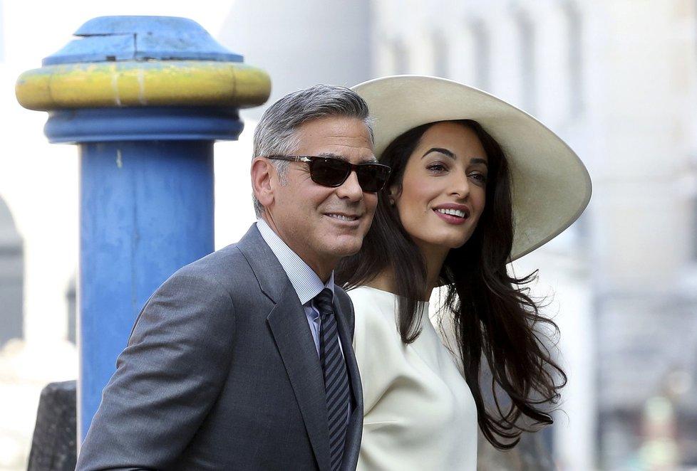 Clooney a krásná právnička stvrdili svůj svazek civilním obřadem.