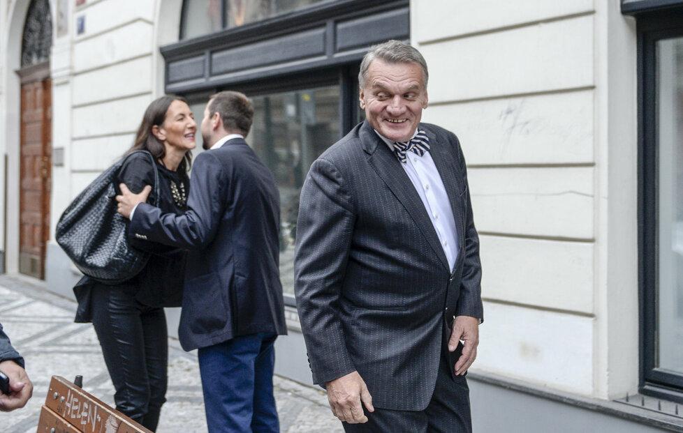 Do štábu ODS dorazil i exprimátor Bohuslav Svoboda. Vyprovodila ho Alexandra Udženija.