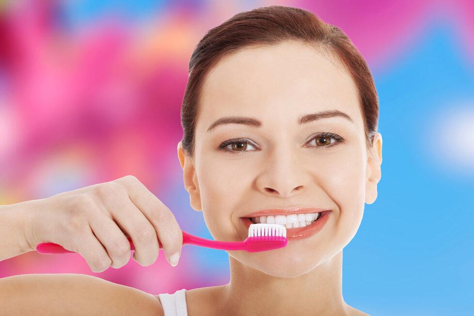 5 mýtů a pravd o zubech: Jablko je lepší než čištění a žvýkačky vytahují plomby