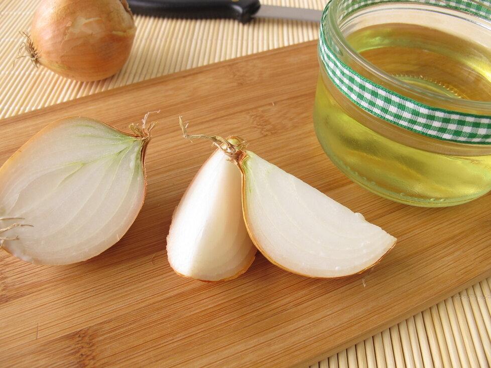 Cibule je proti kašli  skvělá v čaji i jako šťáva s medem.