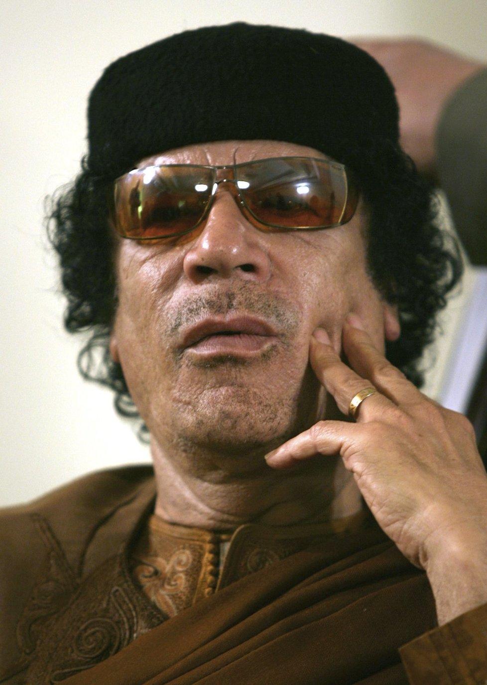 Muammar Kaddáfí své ženské služebnice týral a znásilňoval.