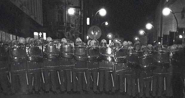 17. listopad 1989 na Národní třídě. Pohotovostní pluky v pozoru: Obušky připravit...