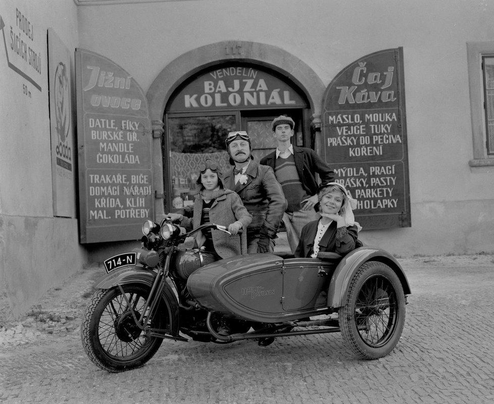 Pyšná rodina Bajzova před koloniálem: tatínek Oldřich Navrátil, maminka Dagmar Veškrnová Havlová, starší syn Jiří Strach a mladší syn Adam Novák.
