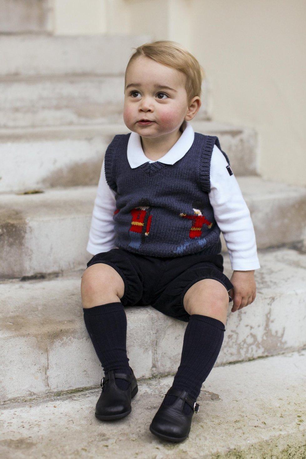 Princ George má rošťácký kukuč.