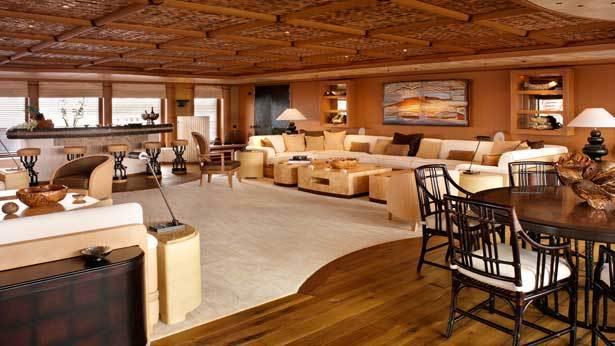 Obýváček obložený dřevem vůbec nepůsobí jako místnost, která plave po moři.