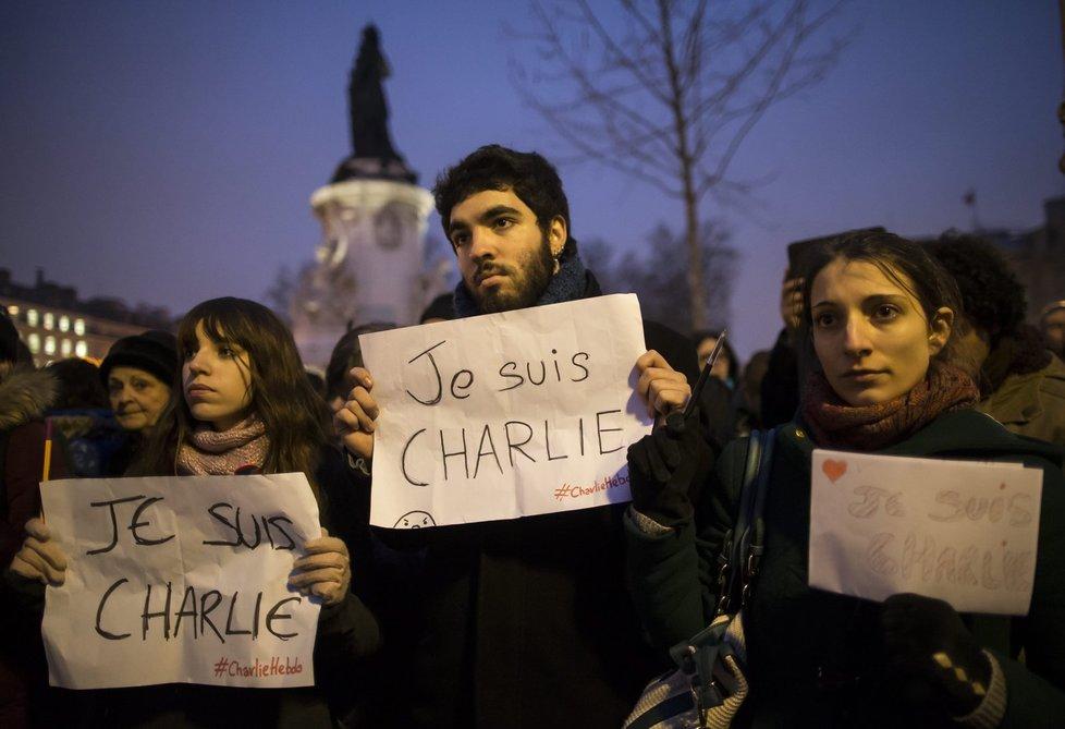V Paříži se konala pieta za oběti útoku na redakci Charlie Hebdo. Lidé tím protestovali i proti narušení svobody slova.