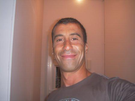 Muslimský policista Ahmed Merabet (†42) položil život při ochraně novinářů a civilistů. Zraněného ho popravil jeden z teroristů.