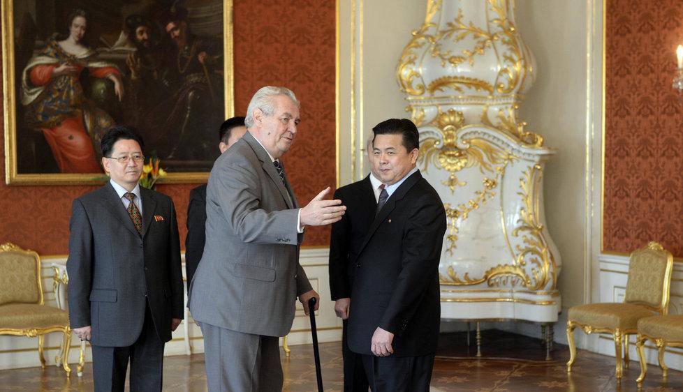 Prezident Miloš Zeman přijal na Hradě nového velvyslance KLDR Kim Pchjong-ila, strýčka současného severokorejského vůdce. (2015)