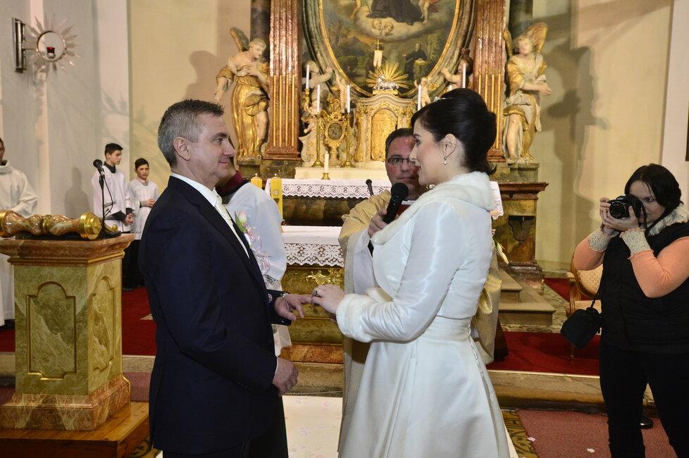 Svatba Mynáře s Alex: Hradní kancléř s televizní moderátorkou si řekli své ano v kostele v Osvětimanech.