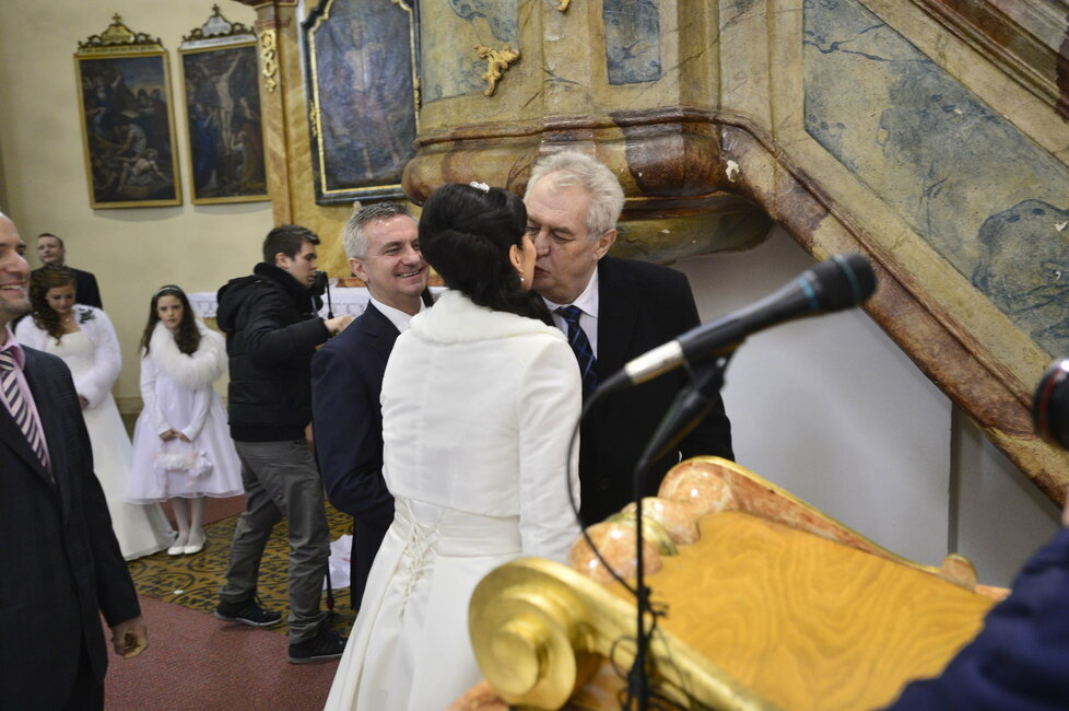 Svatba Mynáře s Alex: Prezident Zeman líbá moderátorku Noskovou.