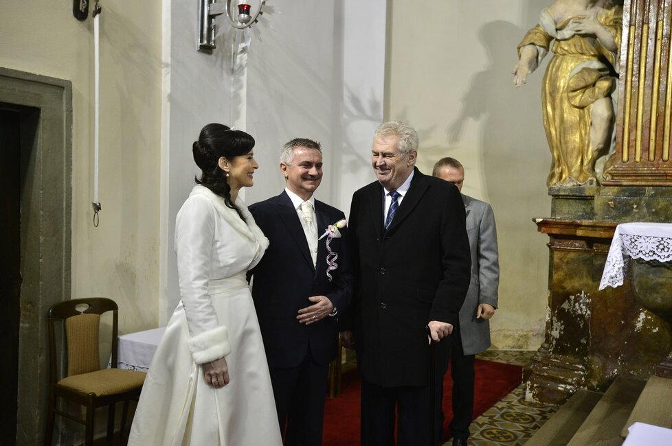 Svatba Mynáře s Alex: Novomanželé spolu se ženichovým svědkem Milošem Zemanem