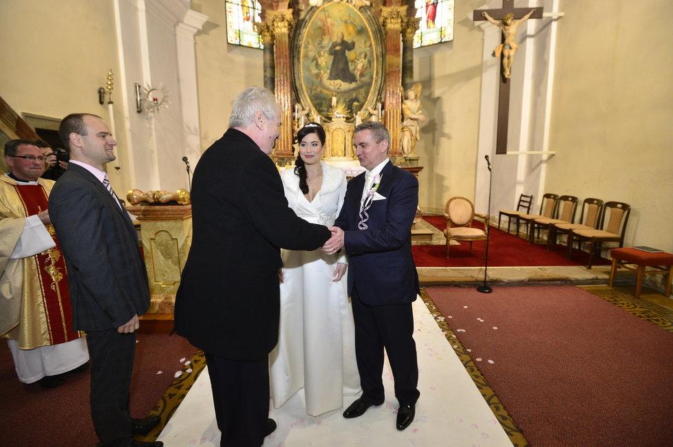 Svatba Mynáře s Alex: Miloš Zeman gratuluje novomanželům.