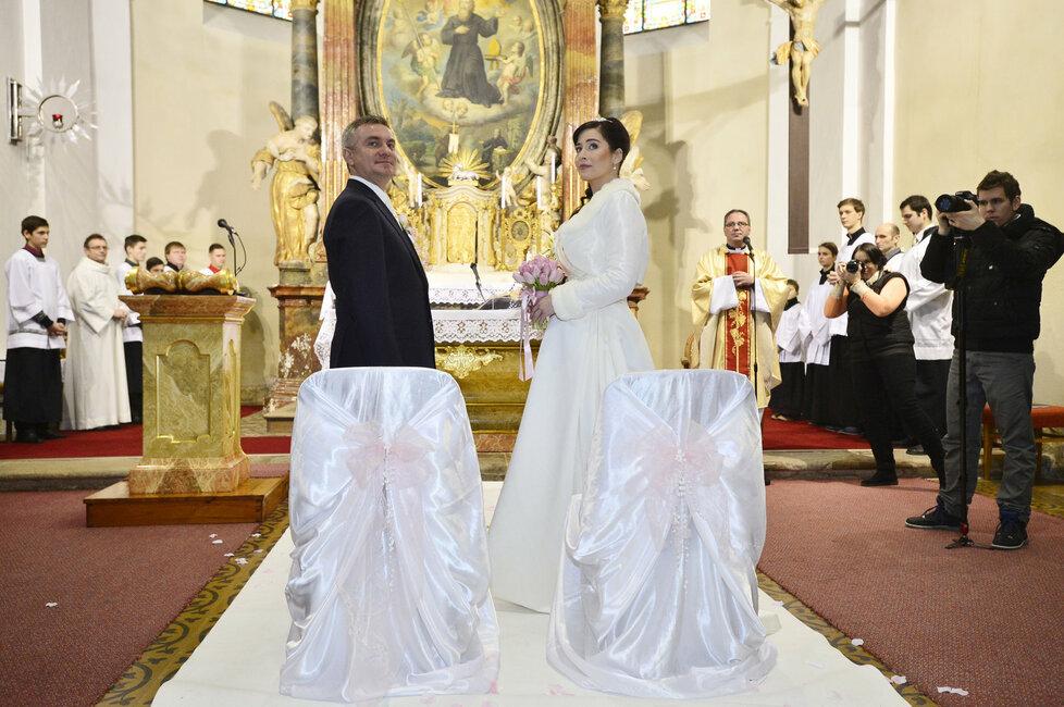Svatba kancléře Mynáře s krásnou Alex: Novomanželé během obřadu