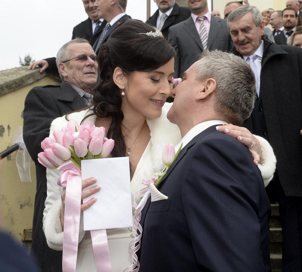 Svatba kancléře Mynáře s krásnou Alex: Polibek ženicha a nevěsty před kostelem