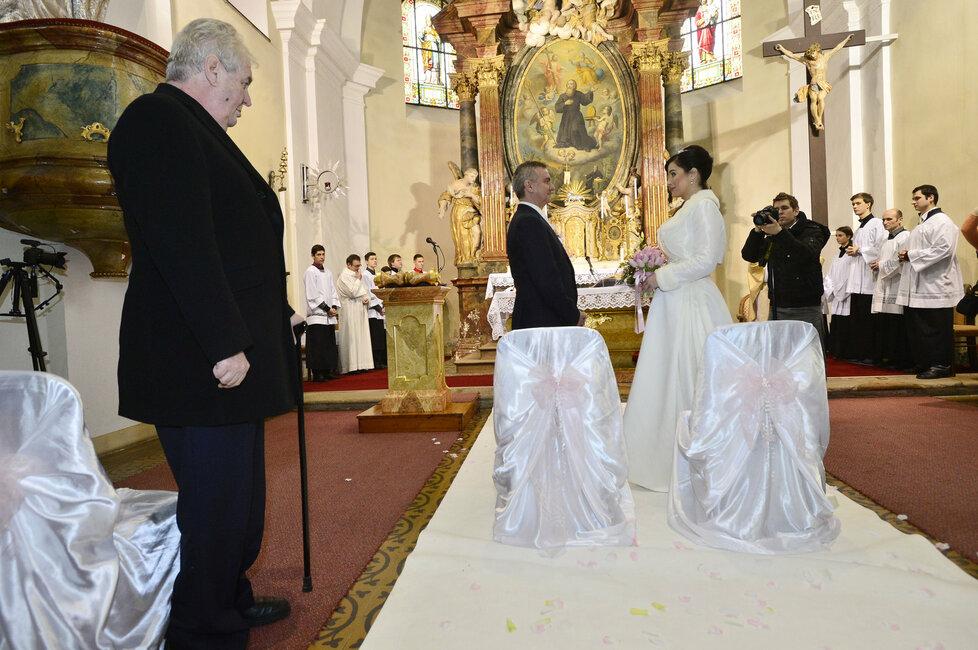 Svatba kancléře Mynáře s krásnou Alex: Svědek Miloš Zeman přihlíží obřadu.