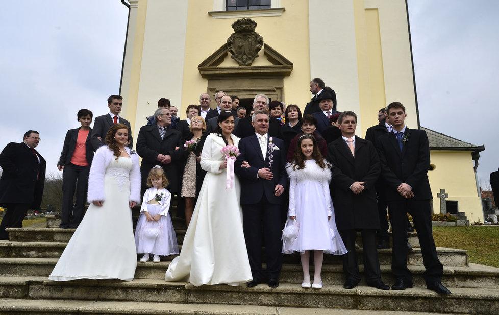 Svatba kancléře Mynáře s krásnou Alex: Společné focení před kostelem