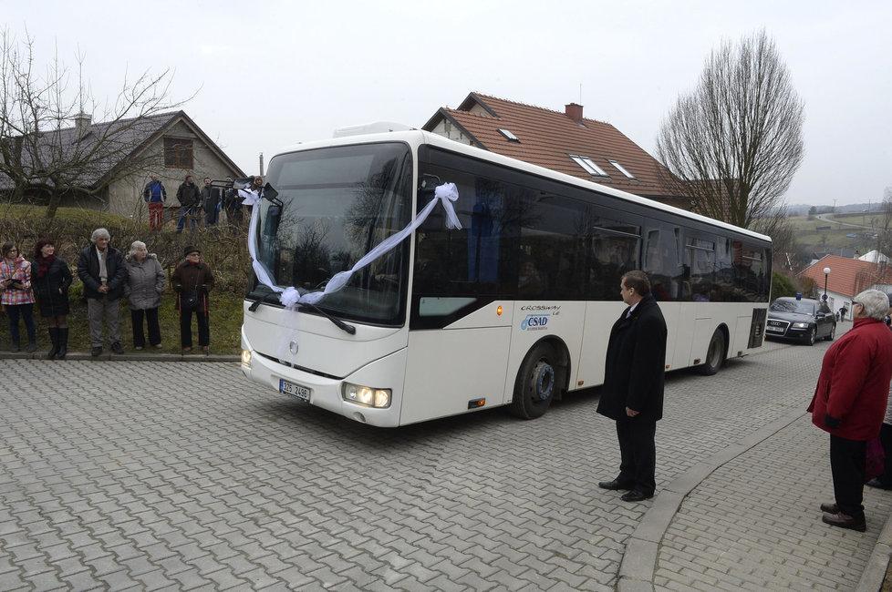 Svatba kancléře Mynáře s krásnou Alex: Autobus se svatebčany