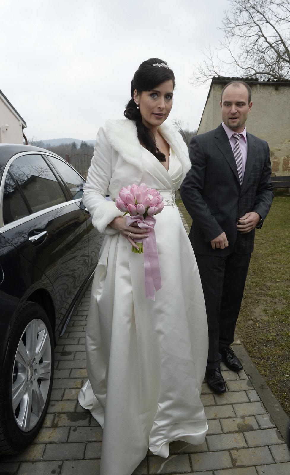 Svatba kancléře Mynáře s krásnou Alex: Nevěsta přijela mercedesem.