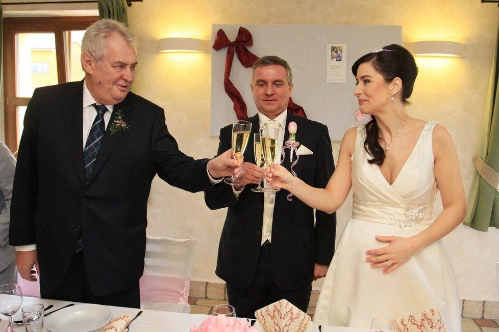Svatební hostina: Přípitek Vratislava a Alex Mynářových s Milošem Zemanem