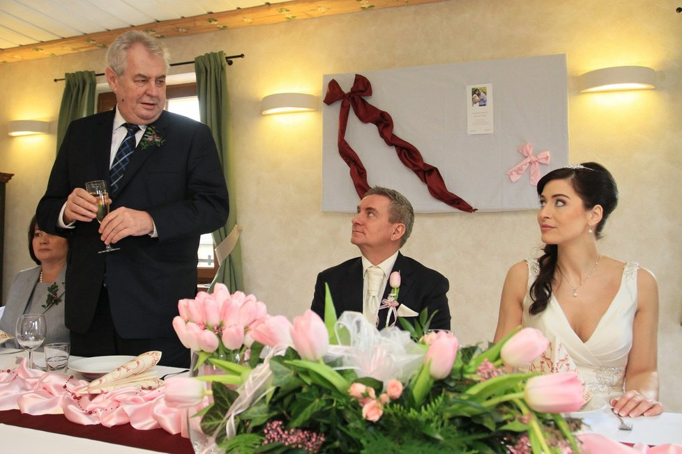 Svatební hostina: Přípitek pronesl i svědek - prezident Zeman.