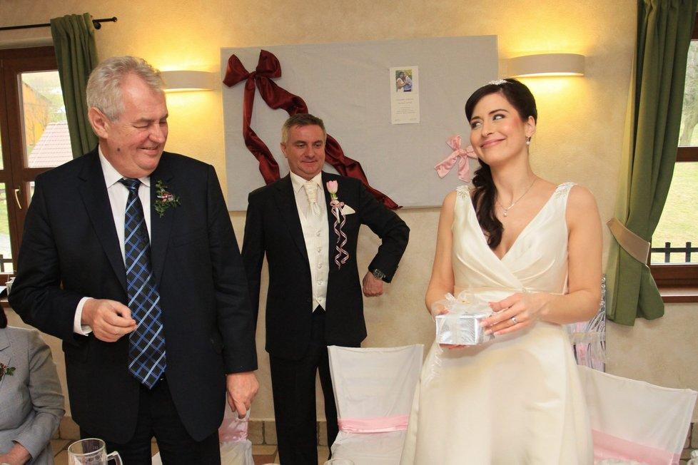Svatební hostina: Alex dostala od Zemana svatební dar.