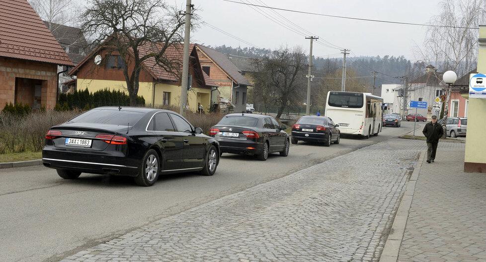 Mynářova svatba: Svatbení kolona v čele s autobusem, ve kterém jel i prezident Zeman.