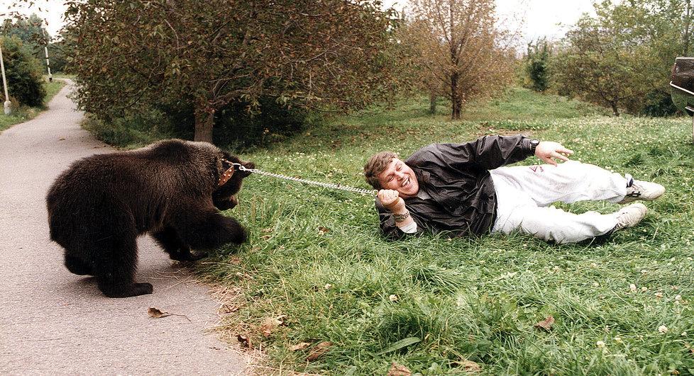 Kromě zbraní, desítek aut a spousty žen měl Jonák i jednoho medvěda.
