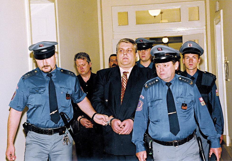 Jonák u soudu v roce 2002.