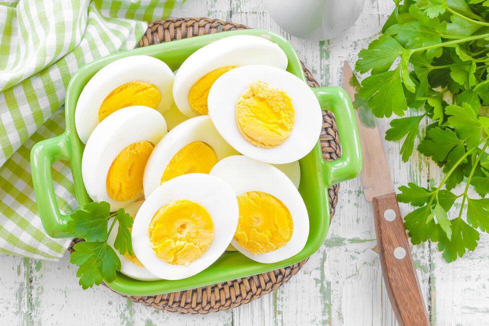 Jedno vařené vejce má zhruba 350 kJ.