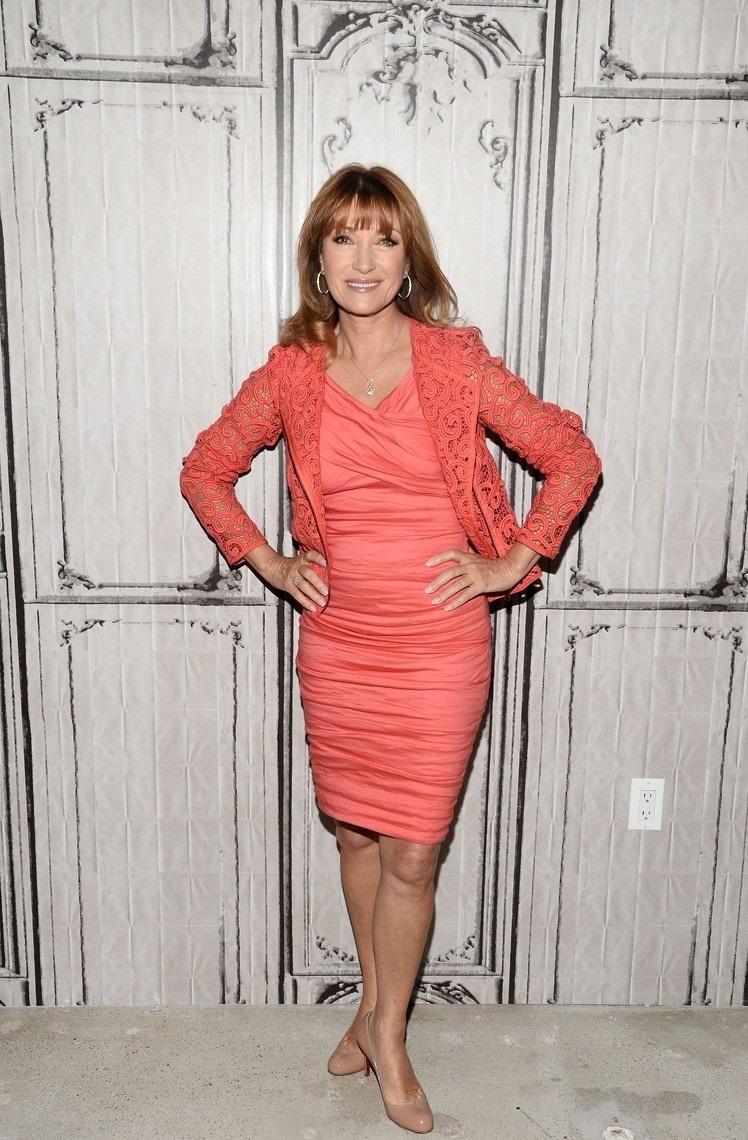 I v 64 letech si Jane může dovolit takto přiléhavé šaty!