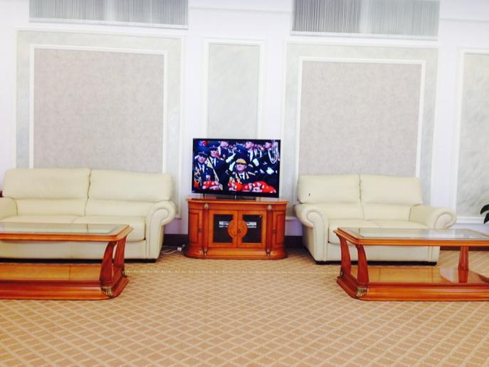 Zeman v Moskvě: Přehlídku na Rudém náměstí vskutku vidíme jen prostřednictvím televize, napsal na Twitteru mluvčí Ovčáček