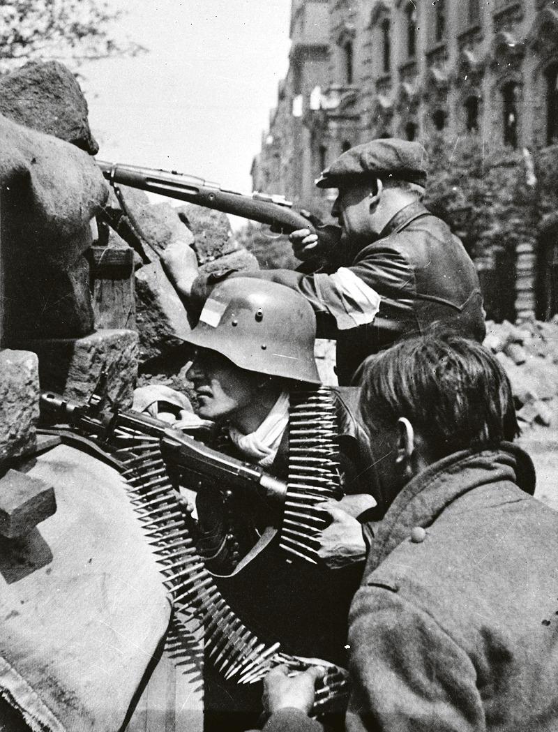 Na barikádách v pražských ulicích zahynulo v květnu 1945 přes 1500 českých povstalců.