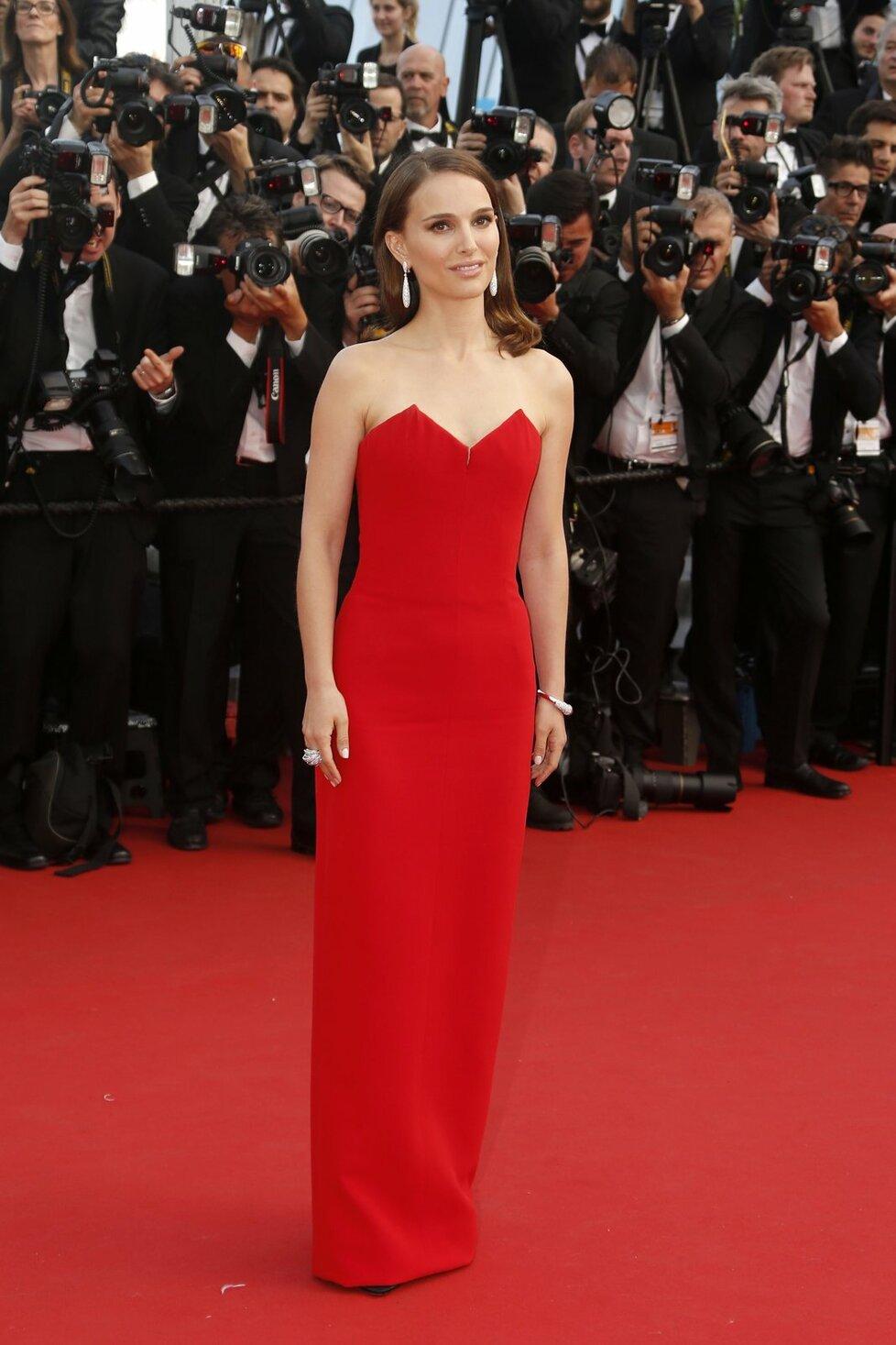 Natalie Portman oslnila v rudé robě.