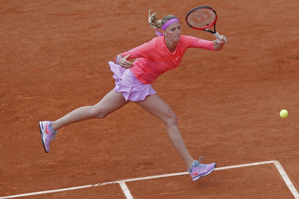 Petra Kvitová dobíhá míček v zápase s Erakovičovou na French Open.