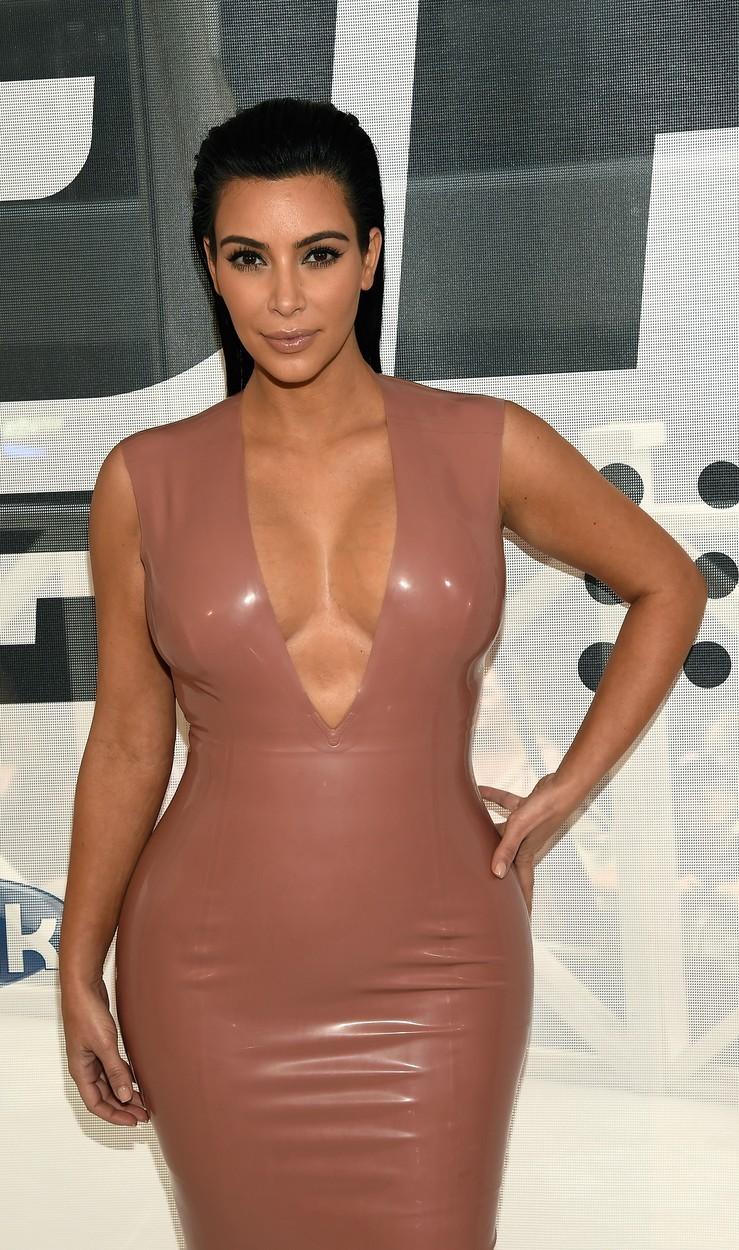 Kim Kardashian je známá především díky svému poprsí a pozadí