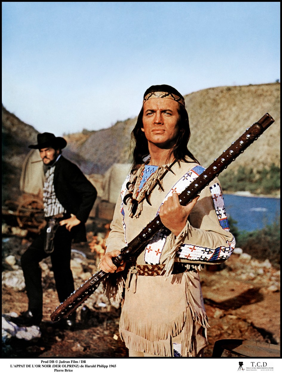 Vinnetou při boji Inču-čuny s Old Shatterhandem v kánoi měl indiánskou košili, ale místo kalhot plavky.