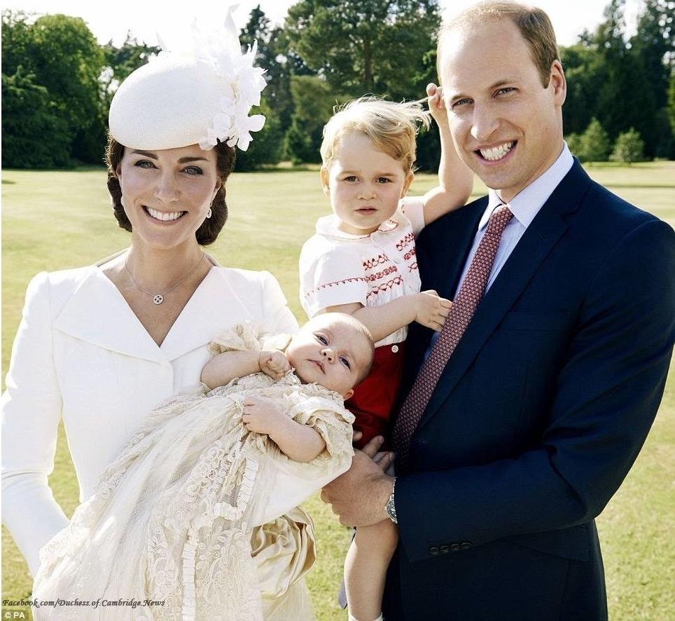 První oficiální fotografie královské rodiny. Na fotografii jsou dva nástupníci trůnu.