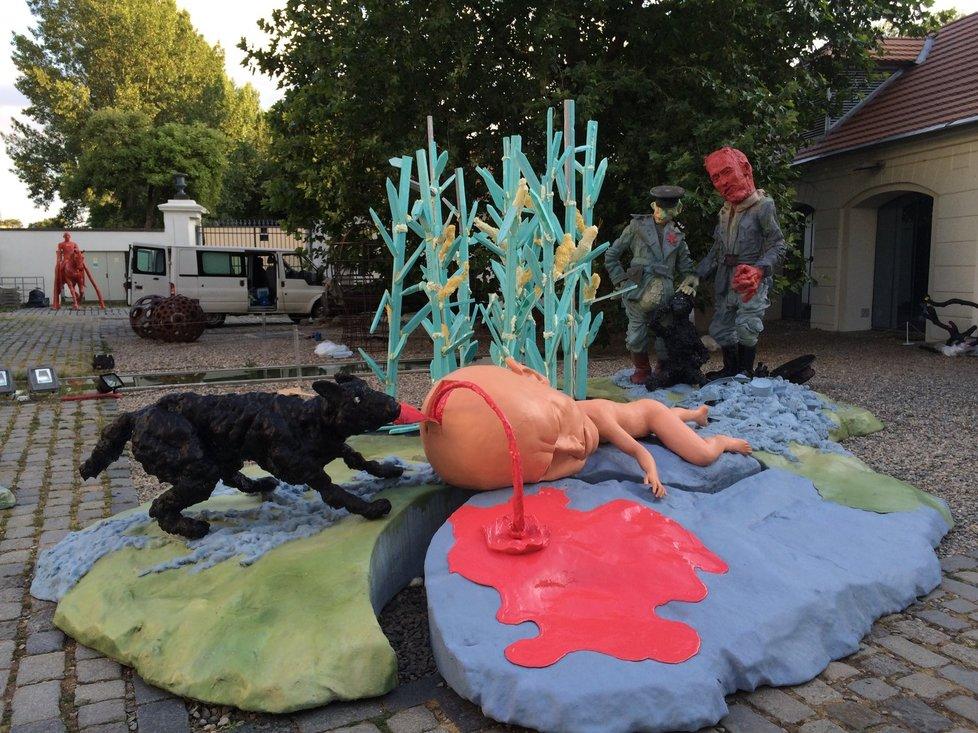 Instalace sousoší, připomínající osud uprchlíka z NDR Hartmuta Tautze, v Praze na Kampě