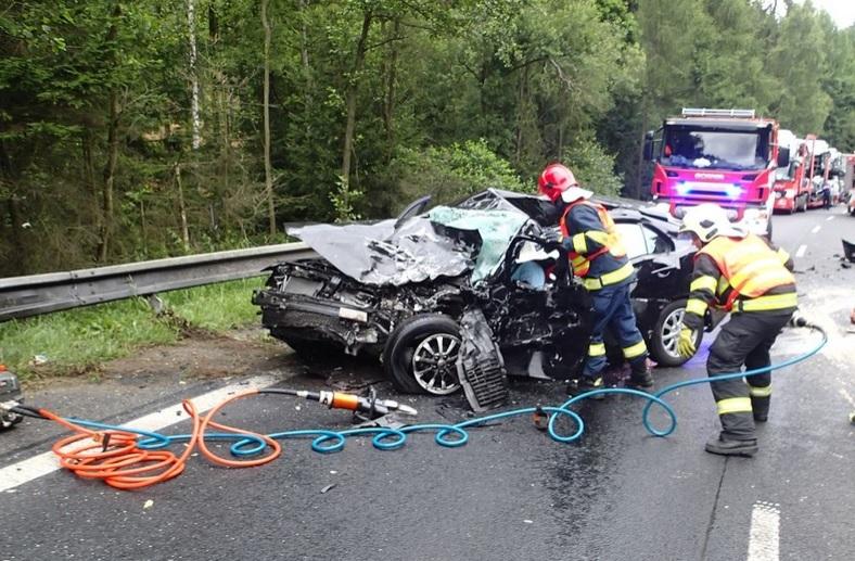 Tragická nehoda u Olšových Vrat na Karlovarsku: 60letý muž zemřel po srážce osobáku s dodávkou