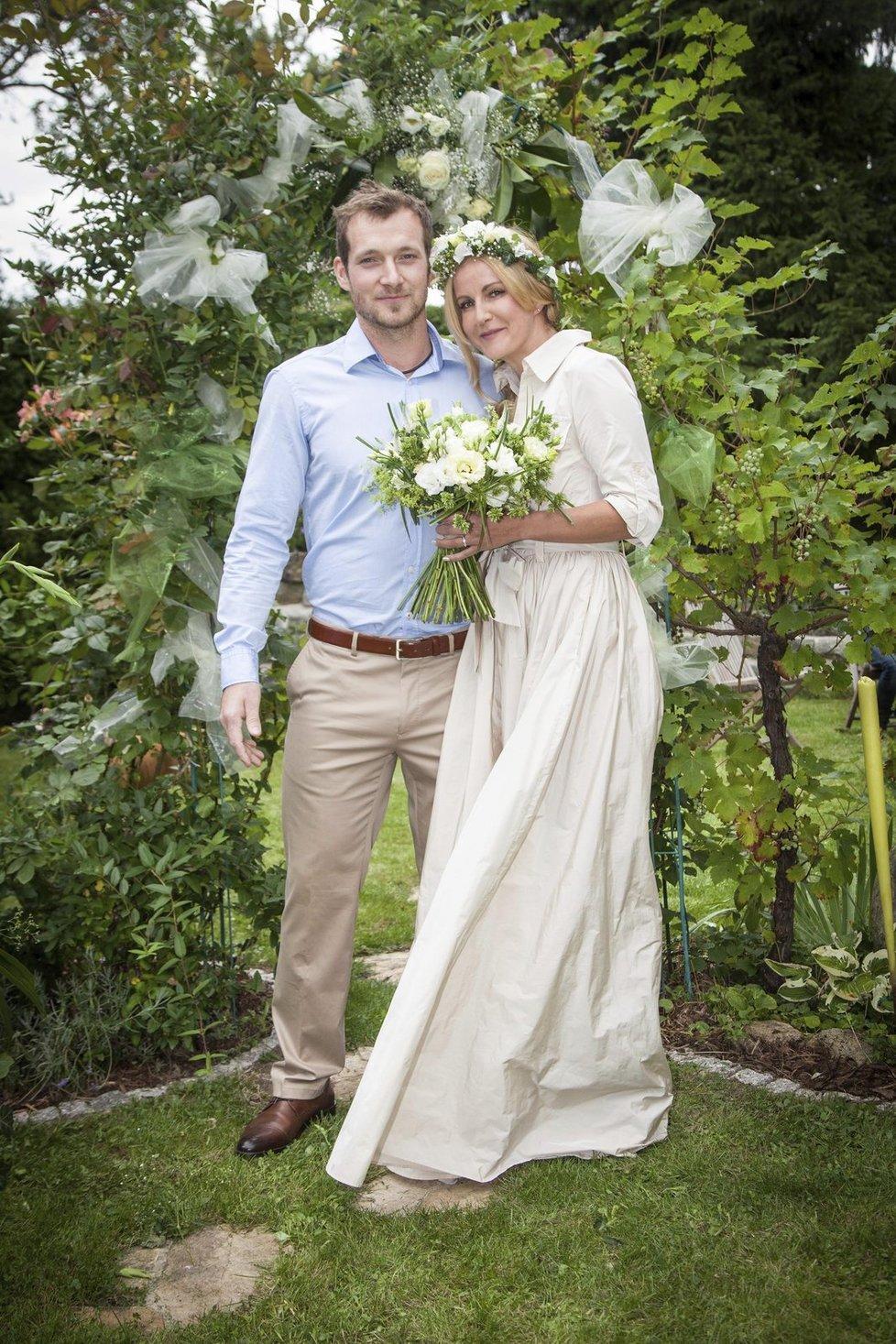 Vendula Svobodová (44) se 2. září potřetí vdala. Jejím vyvoleným se stal Josef Pizinger (28) a svatba proběhla na zahradě Vendulina domu v Říčanech. V tomto případě tedy šestnáctiletý rozdíl nebyl překážkou a stačí už jen popřát, aby to dvojici stejně klapalo i v budoucnosti!