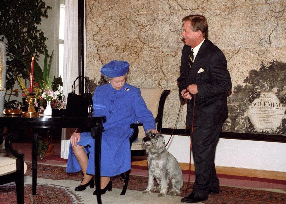 Na Pražském hradě se setkala královna nejenom s Václavem Havlem, ale i s jeho kníračkou Ďulou.