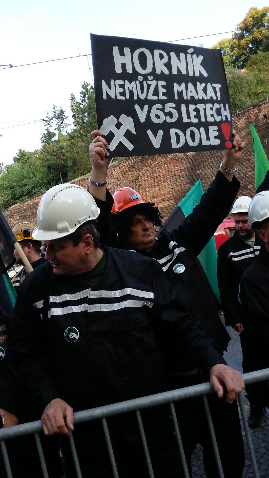 Před úřadem vlády se objevili horníci s transparenty, kterými se snažili ministry přesvědčit, že snížení důchodové hranice je správné.