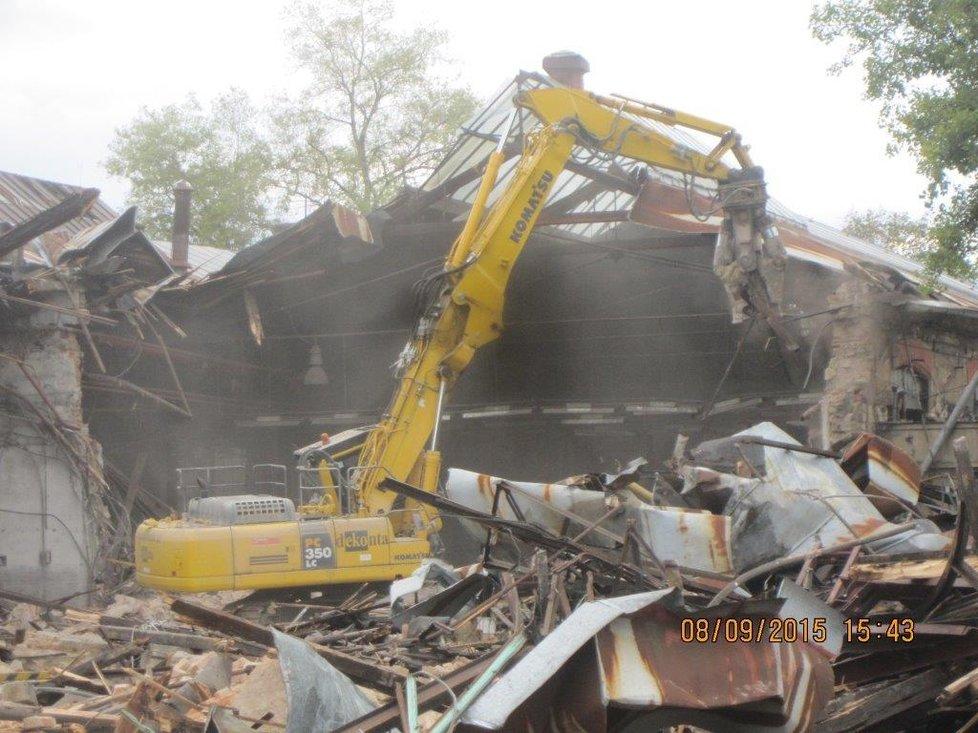Takto bagry demolují historické objekty v areálu nádraží Bubny.