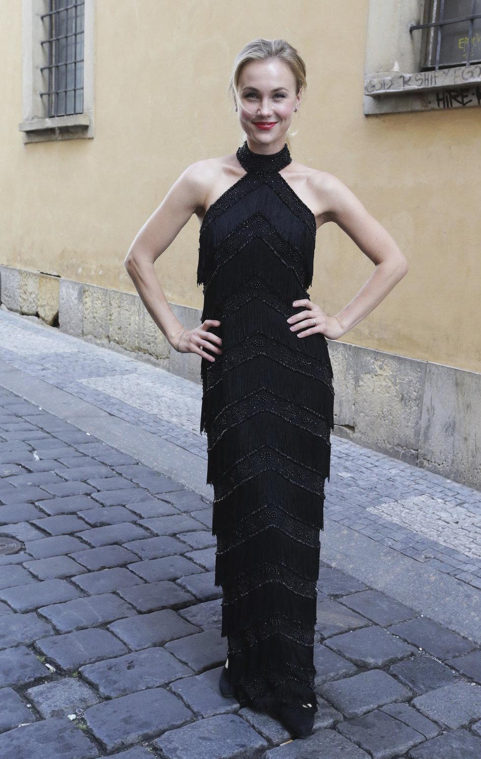 Vlastina Svátková si na premiéru oblékla róbu po Grace Kelly. Ve filmu hraje Krejčířovu manželku.