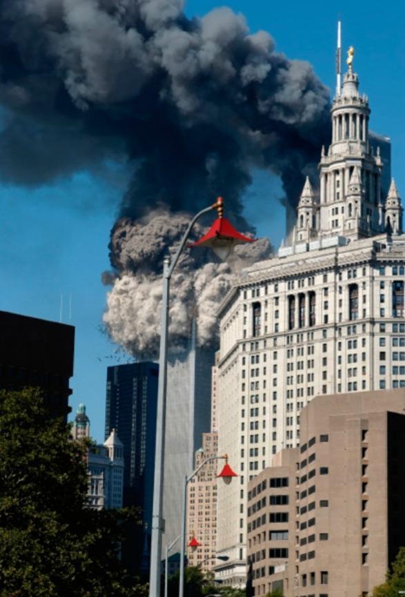 Prach z požáru obou výškových budov zasypal Manhattan místy i do výšky dvaceti centimetrů.