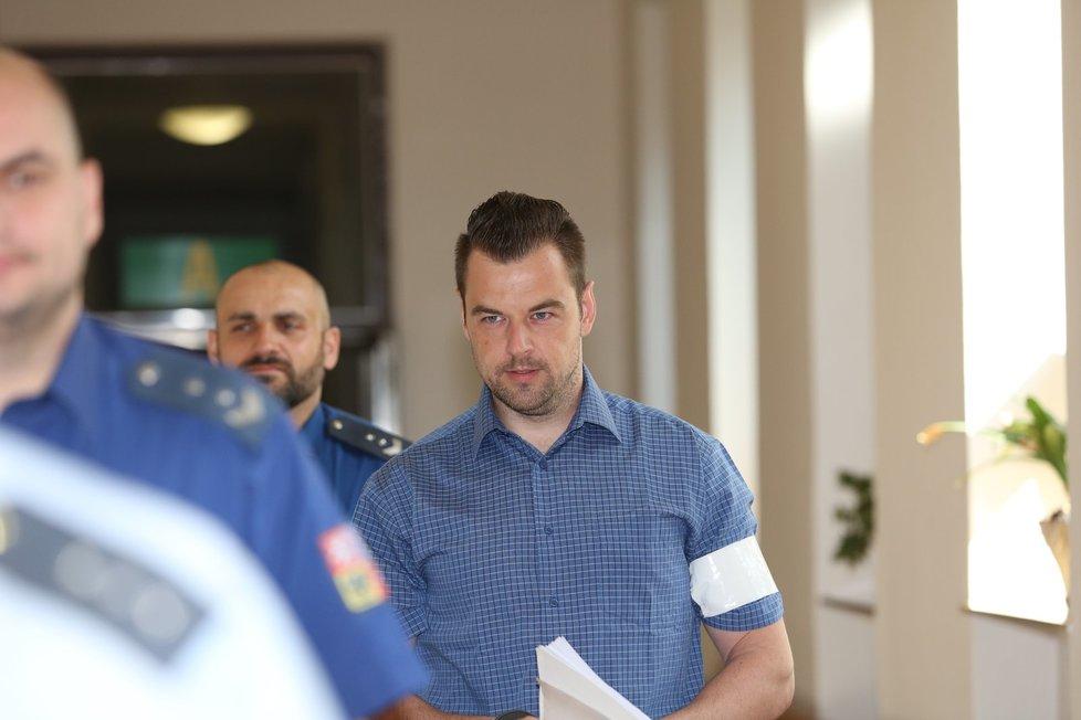 Petr Kramný přichází k jednací síni soudu