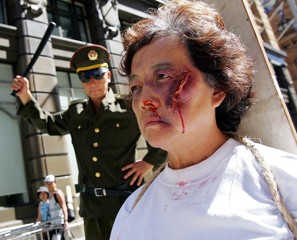Stoupenci Fa-lun-kung tvrdí, že čínská vláda s nimi zachází velmi krutě.