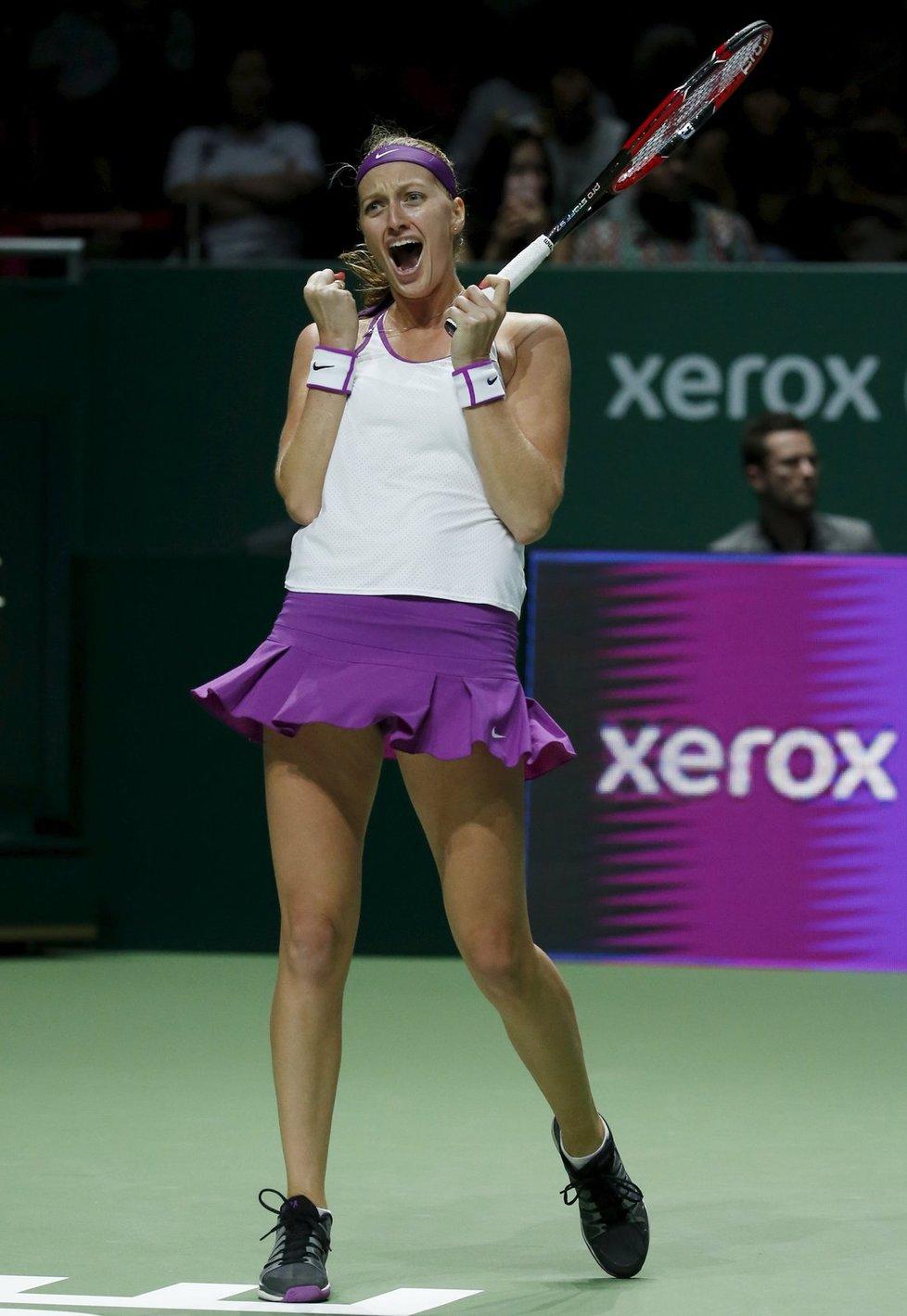 Tenistka Petra Kvitová si podruhé v kariéře zahraje finále Turnaje mistryň. Po velkém obratu ve druhé sadě porazila Rusku Marii Šarapovovou 6:3, 7:6.